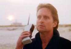 "Michael Douglas in filmul ""Wall Street""- telefonul DynaTAC 8000X"